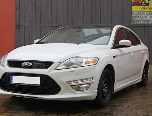 Ford Mondeo in Schwarz-Weiß
